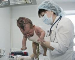 Клиника современной медицины в Благовещенске (врач с новорожденным)